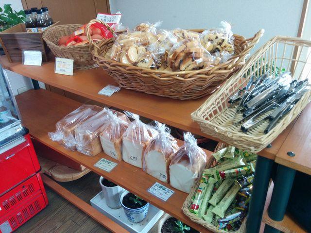 パン屋「BAKU」の商品棚2