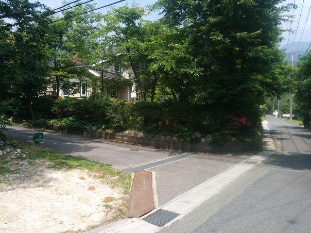 「森のACHA」の前の道と駐車場